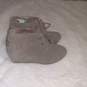 TOMS• Suede wedge booties• Taupe •7